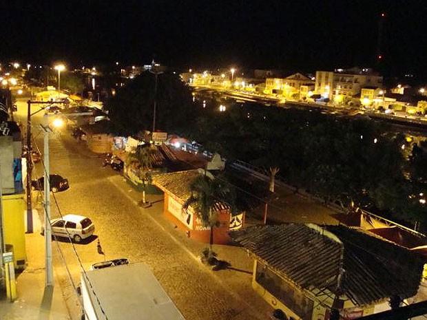 Quiosques na orla do Rio Una à noite (Foto: Robson Aragão / Arquivo Pessoal)