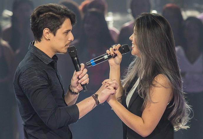 Anna Akisue e Dan Costa em um match musical no palco do 'The Voice Brasil' (Foto: Arthur Meninea/Gshow)