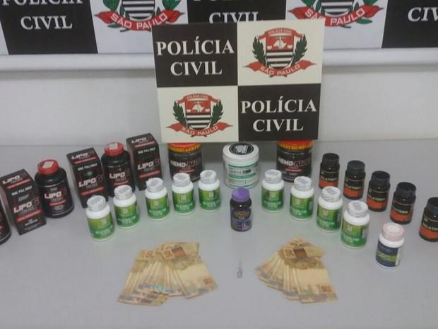 Material apreendido pela polícia na casa do suspeito (Foto: Divulgação/Polícia Civil)