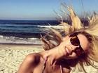 Yasmin Brunet é clicada pelo marido na praia: 'Cabelos ao vento'