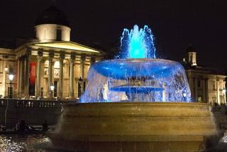 Fonte na Travalgar Square em Londres é iluminada de azul  (Foto: REUTERS/Neil Hall)