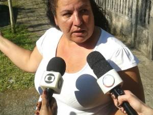 Elisabete do Rosário disse que estava nos fundos da casa quando ouviu o barulho da queda do avião (Foto: Thais Kaniak/ G1 Paraná)