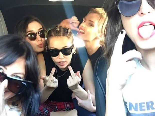 Miley Cyrus posta foto em que faz gesto obsceno ao lado da namorada (Foto: (Reprodução/Instagram))