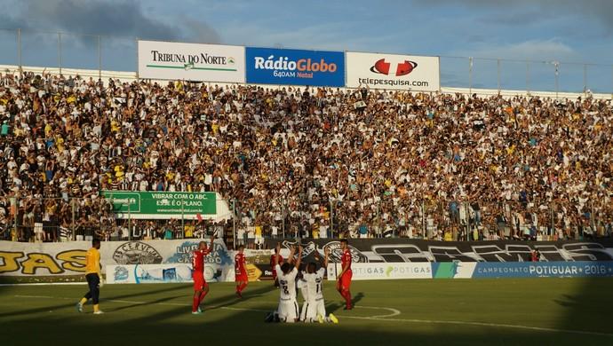 Estádio Frasqueirão torcida do ABC (Foto: Augusto Gomes/GloboEsporte.com)