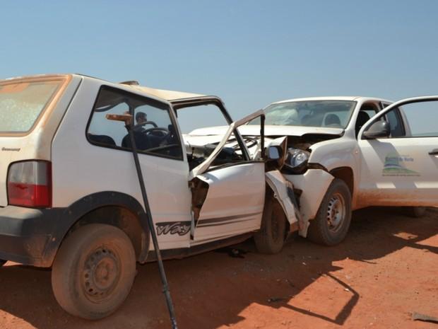 Carro de passeio e caminhonete colidiram frontalmente na MT-129 (Foto: Cely Trevisan/Gaúcha News)