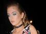 Stella Maxwell investe em decote ousado e acaba mostrando demais