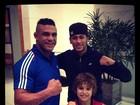 Vítor Belfort posa com Neymar para fotos