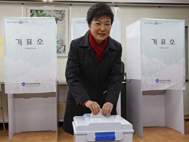 Líder nas pesquisas, Park deposita seu voto na Coreia do Sul (Foto: AFP)