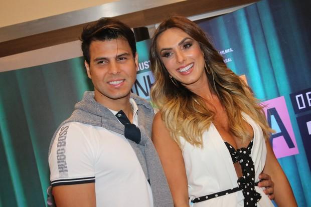 Nicole Bahls com o namorado (Foto: Fabio Moreno/Agnews)