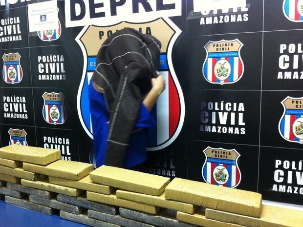 Suspeita confirmou envolvimento com tráfico. Segundo ela, essa foi a sua segunda viagem a São Paulo para buscar droga. (Foto: Camila Henriques/G1 AM)