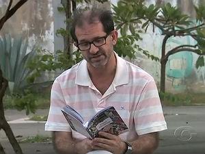 Ricardo Cabus apresenta livro de poemas (Foto: Reprodução/ TV Gazeta)