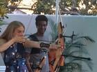 Angélica faz aula de arco e flecha com Hélio de La Peña e filhos do humorista