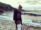 Adriane Galisteu curte dia em praia com o filho