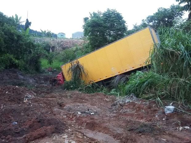 Caminhão ficou atolado na lama em Ferraz de Vasconcelos (Foto: Alessandro Batata / TV Diário)