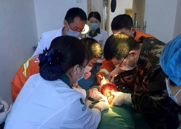 O paciente é atendido por médicos e bombeiros
