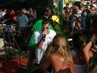 Thiago Martins se diverte cantando em show em praia do Rio de Janeiro