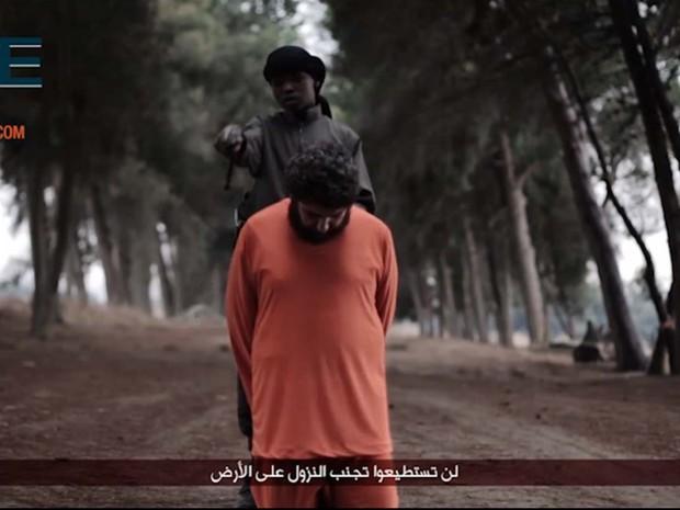 Novo vídeo do grupo Estado Islâmico mostra garoto decapitando refém sírio (Foto: Reprodução/ Twitter/ Rita Katz)