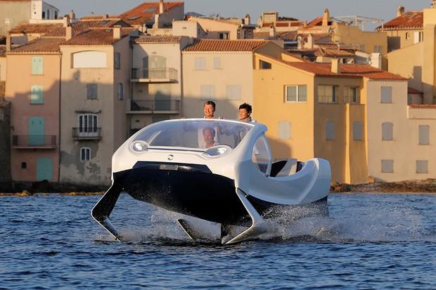Protótipo de táxi fluvial da SeaBubbles durante apresentação em Saint-Tropez, França  (Foto: Philippe Laurenson /Reuters)