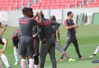 Geferson brinca com Anderson em treino do Inter (Foto: Tomás Hammes / GloboEsporte.com)