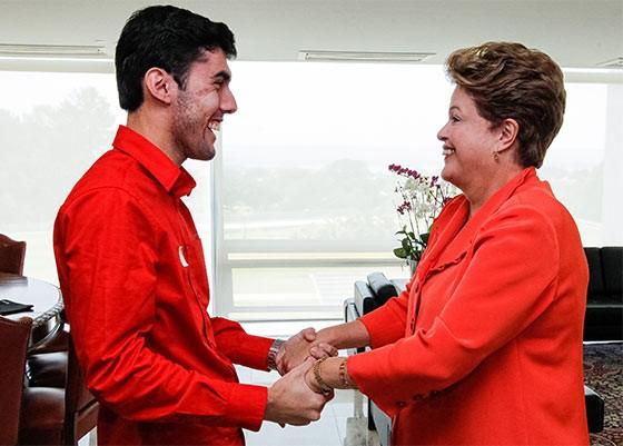 Dilma Rousseff durante encontro com Jeferson Monteiro criador do Dilma Bolada (Foto:  Roberto Stuckert Filho/PR)
