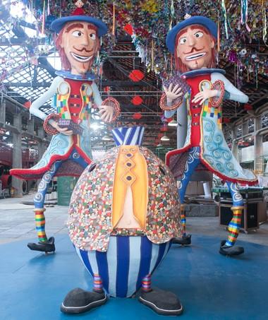 Cosme e Damião, em bonecos produzidos em São Luis do Paraitinga, dão as boas-vindas (Foto: Kit Gaion)