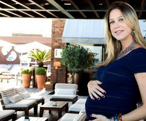 """Grávida de gêmeos, Luana Piovani afirma que o marido é um paizão: """"A gente chamava de 'papai arrotinho'"""""""