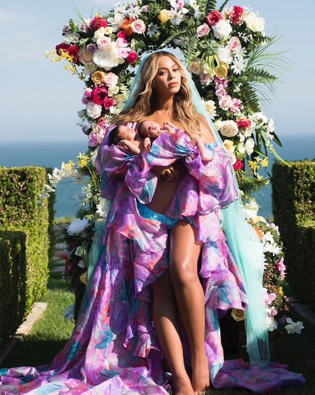 Beyoncé divulga primeira foto com os gêmeos, Rumi e Sir Carter (Foto: Reprodução Instagram)