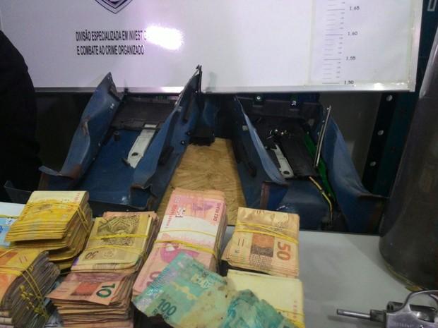 Suspeitos estavam com cerca de R$ 50 mil em dinheiro, segundo a polícia (Foto: Anderson Barbosa/G1)