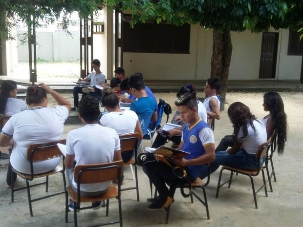 Alunos estudam no pátio da escola (Foto: Arquivo pessoal)