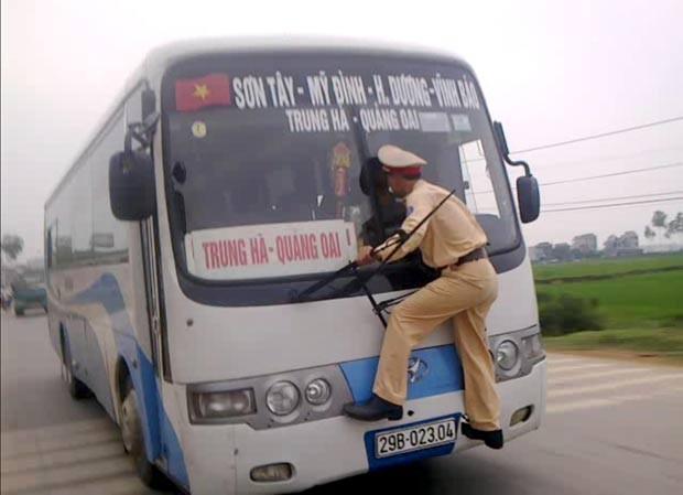 Em abril deste ano, um policial andou por quase um quilômetro pendurado na frente de um ônibus em Hanói, no Vietnã, depois que o motorista tentou fugir para não ser multado. Quando o motorista acelerou,  o agente de trânsito Nguyen Manh Phan acabou pulando na frente do veículo.  (Foto: AP)