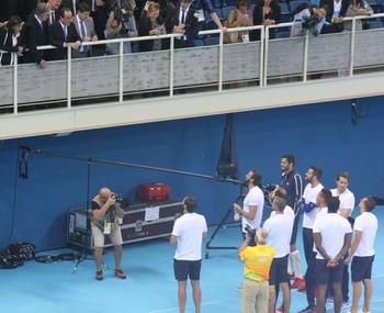 François Hollande cumprimenta Florent Manaudou e outros nadadores da equipe francesa (Foto: GloboEsporte.com)