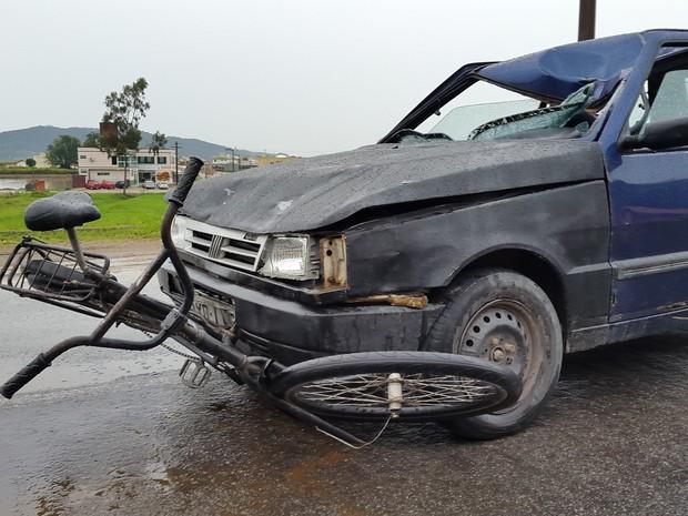 Acidente entre bicicleta e carro deixou uma pessoa morta em Itajai (Foto: Luiz Souza/RBS TV)
