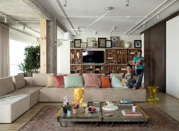 apartamento-decoracao-estudio-vitor-penha-estilo-industrial-concreto-aparente-sala-de-estar (Foto: Edu Castello/Editora Globo)