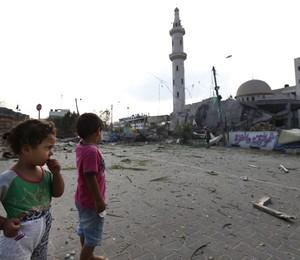 Crianças palestinas observam mesquita destruída após ataque de Israel na Faixa de Gaza (Foto: Lefteris Pitarakis/AP)