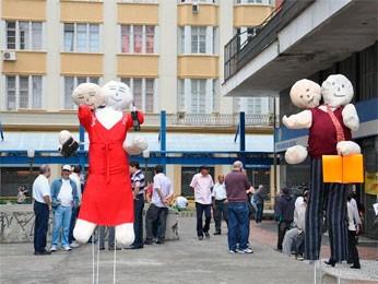 Bonecos foram colocados em frente à agência (Foto: Divulgação/Sindisprev-RS)