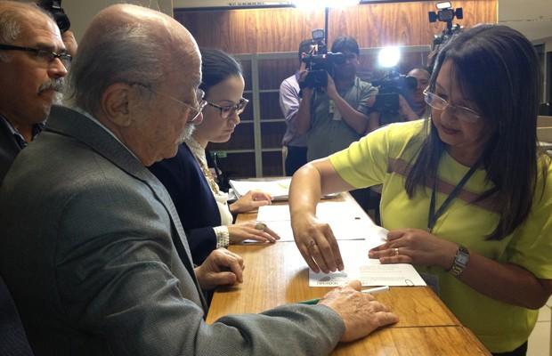 O presidente do PSB, Roberto Amaral, protocola no TSE o pedido de registro das candidaturas de Marina Silva a presidente e de Beto Albuquerque para vice (Foto: Priscilla Mendes / G1)