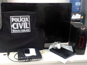 Cumprimento de mandado em Barbacena (Foto: Polícia Civil Barbacena/Divulgação)