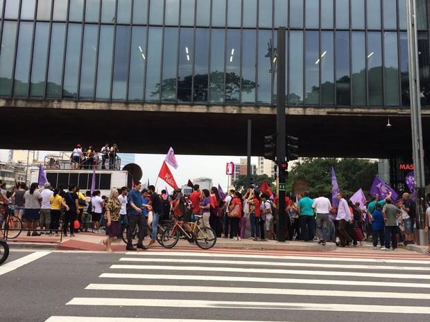 Vão Livre do Masp está ocupado por manifestação de mulheres nesta trça-feira (Foto: Livia Machado/G1)