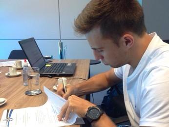 Bressan assinou ampliação do contrato com o Grêmio nesta segunda (Foto: Divulgação)