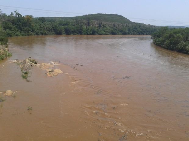 Nível do rio está subindo rápido  (Foto: Wilkson Tarres/G1)