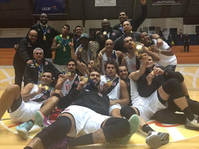 Jogadores do Vasco posam para a foto com o troféu do título da Liga Ouro (Foto: Flávio Dilascio)