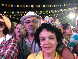 Jussiara Maria Soares, professora, e o desenhista Rivail Tavares (Foto: Paula Cavalcante/ G1 Caruaru)