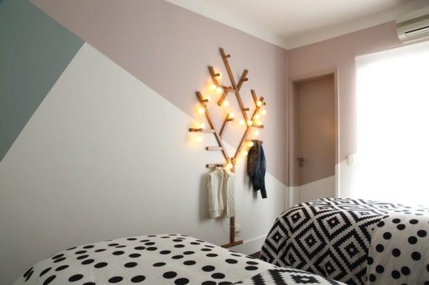 Cabideiro. Logo na entrada no quarto, a peça em forma de árvore, da Ameise Design, ganhou um fio de luzinhas (Foto: Carol Miluzzi / Divulgação)