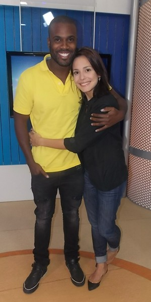 Juliana Knust e Rafael Zulu participam de entrevista no RJTV (Foto: Ana Luisa Monteiro/TVRioSul)
