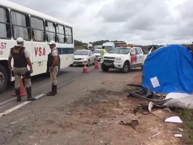 Local onde caminhão tombou na Via Parafuso, sentido Camaçari (Foto: Dalton Soares/TV Bahia)