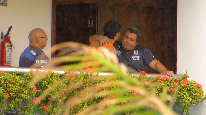 Antes de deixar concentração do Uruguai, Suárez é consolado por membro da comissão técnica em hotel de Natal (Foto: Reprodução/Inter TV Cabugi)