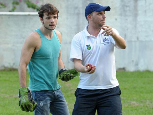 Daniel Dalcin faz aulas de críquete  (Foto: João Cotta / TV Globo)