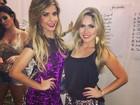 Ex-BBBs Cacau e Renatinha usam looks curtinhos em desfile