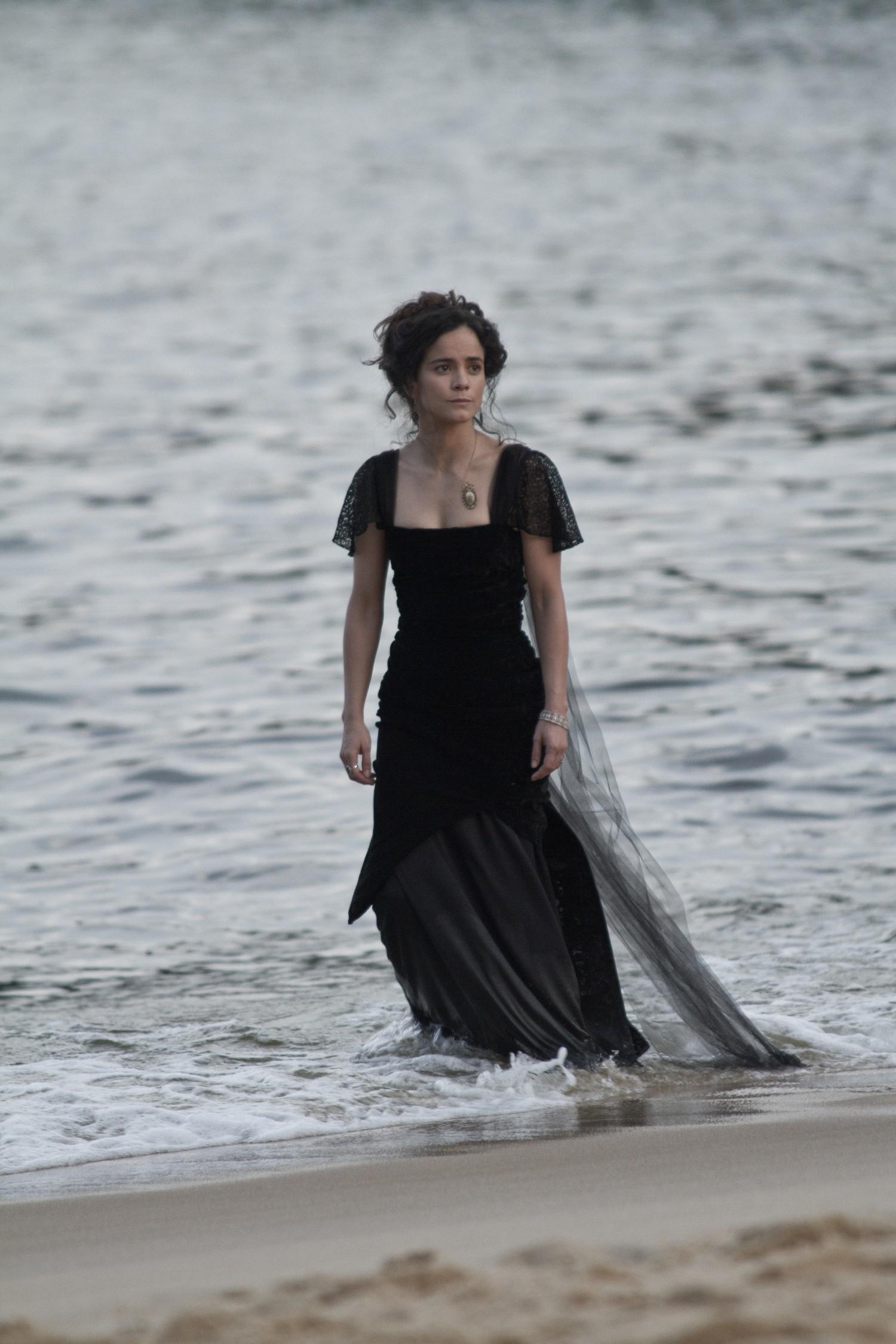 Alice Braga em cena do filme 'Muitos Homens num só' (Foto: reprodução)