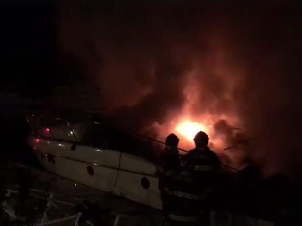 Iate pegou fogo e ficou completamente destruído em Guarujá, no litoral de SP (Foto: Reprodução / Facebook)